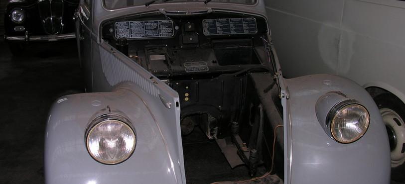 Une ancienne Lancia qui attend d'être restaurée par Albert Caillier.
