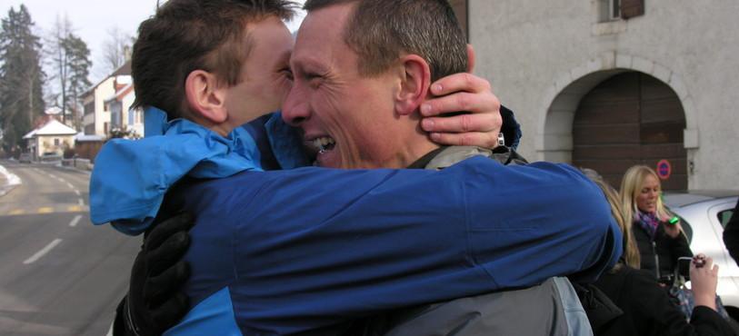 Retrouvailles émouvantes entre deux frères après trois ans d'absence.