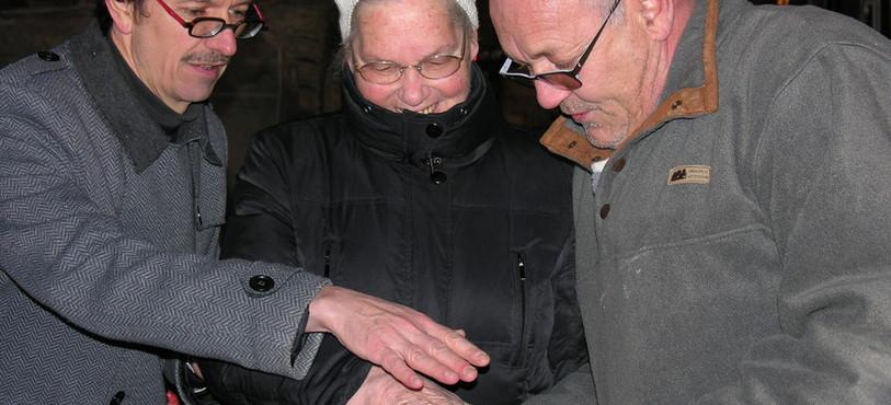 Lauréate du Prix citoyen, Soeur Odette laisse l'empreinte de sa main.