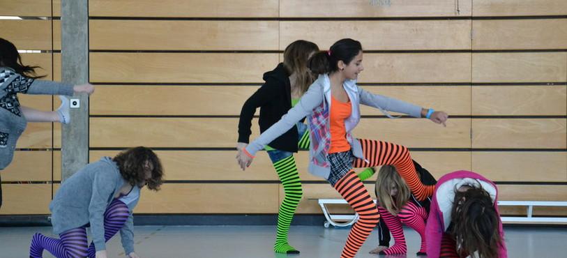 Des élèves se préparent pour le 12e Dance contest