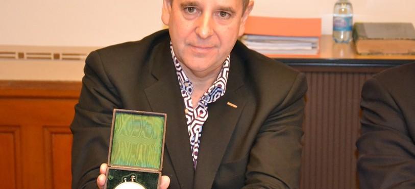 Jean-Marie Schaller, directeur des Ateliers Louis Moinet, et le premier chronographe jamais conçu.