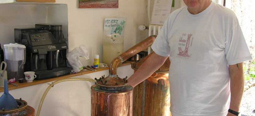 Daniel Guilloud distille dans son arrière-boutique.