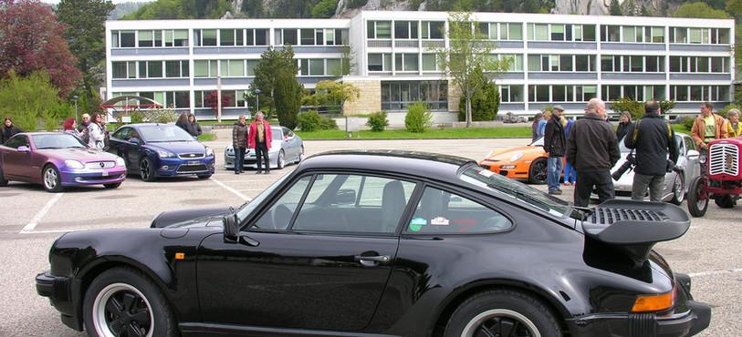 Grosses voitures et figurants en place pour commencer le tournage.