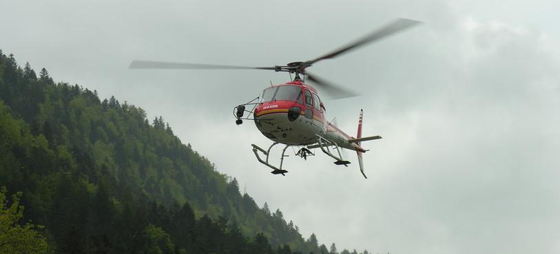L'hélicoptère transportant Hubi et des danseuses dans le ciel de Fleurier.