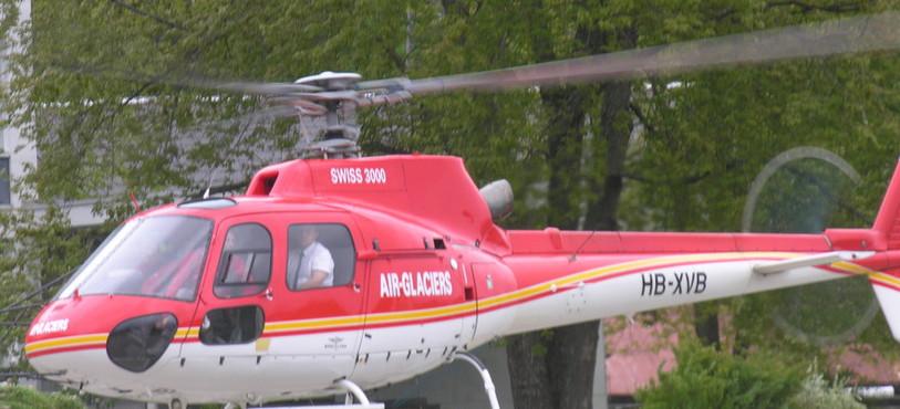 Arrivée de l'hélicoptère transportant Hubi et des danseuses.