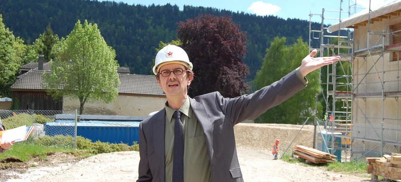 Christian Mermet, conseiller communal à Val-de-Travers, en pleine visite de chantier.