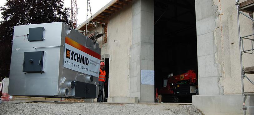 La chaudière à bois du chauffage à distance de Couvet prête à entrer dans le bâtiment.