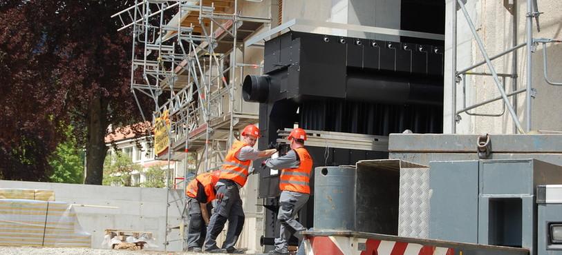 Les hommes et les engins en plein travail sur la chantier du chauffage à distance Lanvoina de Couvet.