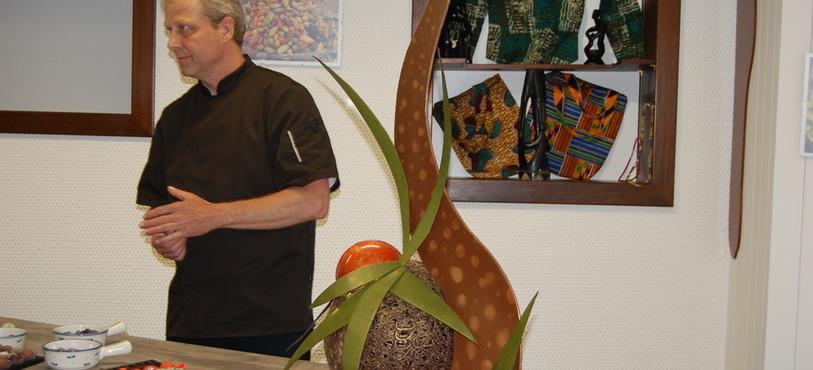 Blaise Descombes, chef de production à la chocolaterie Jacot, et une de ses créations.