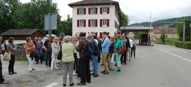 Des élus lucernois et des Verrisans à la douane avec la France, à l'endroit où l'armée française du général Bourbaki, en déroute, est entrée en Suisse pour y trouver refuge en 1871.