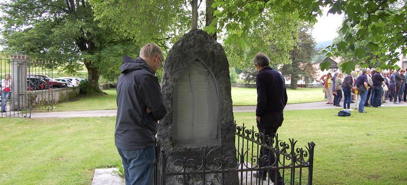 Un premier monument rend hommage à des soldats de l'armée Bourbaki décédés pendant leur hébergement aux Verrières.