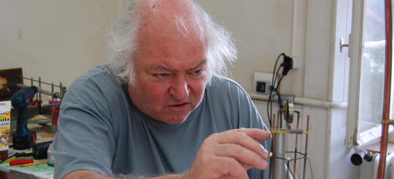 Erik Zollikofer concentré pour réaliser les petites pièces de son cirque de puces.