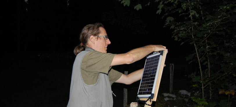 Un panneau solaire doit assurer une bonne autonomie à un enregistreur placé dans la grotte de la Baume.