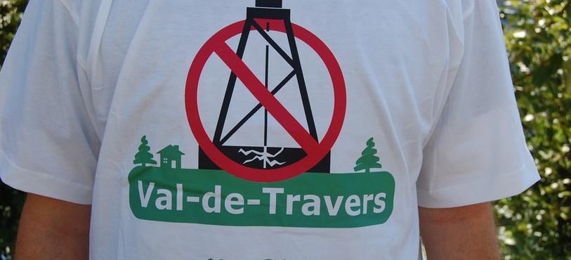 """Le tee-shirt des membres du collectif citoyen Val-de-Travers """"Non aux forages d'hydrocarbures""""."""