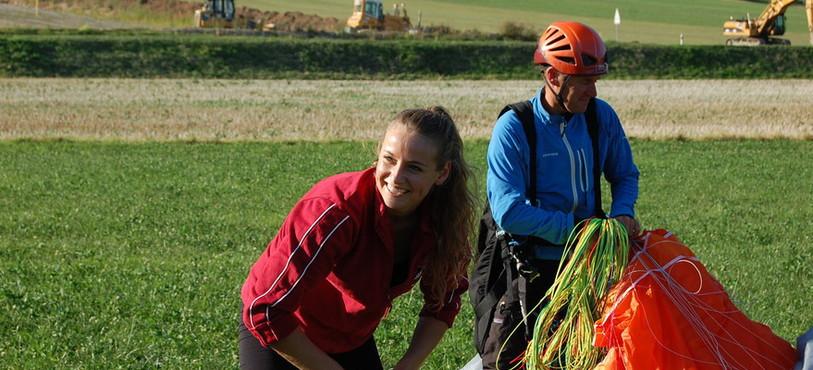 Gianna, ravie, avec son pilote Raphaël.