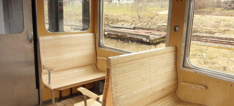 L'intérieur en banquettes du Train des Horlogers (photo : Alexandre de Pover)