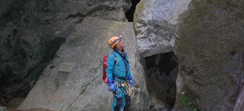 Roland Geiser devant l'entrée de la grotte de la Cascade à Môtiers.
