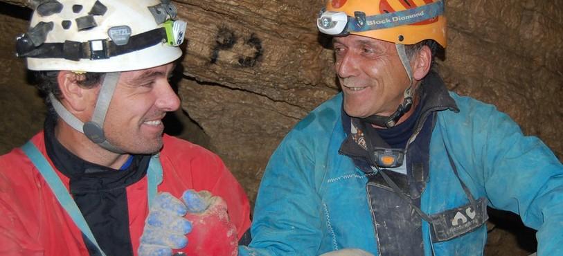 José Lambelet et Roland Geiser à l'endroit de la grotte où ils ont patienté ensemble.