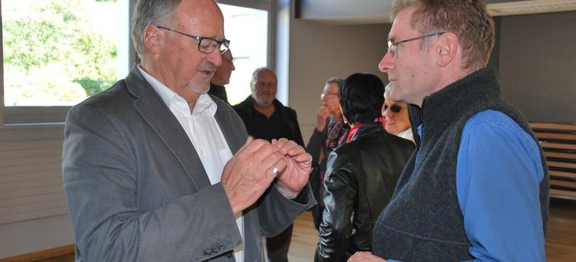Le maire de Court Pierre Mercerat en discussion avec le conseiller d'Etat Christoph Neuhaus