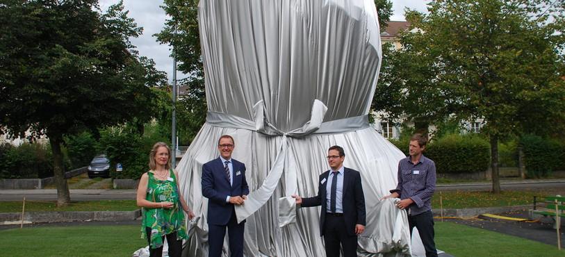 L'oeuvre a été dévoilée jeudi à midi par les représentants de Chevrolet Europe, l'artiste Christian Gonzenbach et Théo Huguenin-Elie, conseiller communal