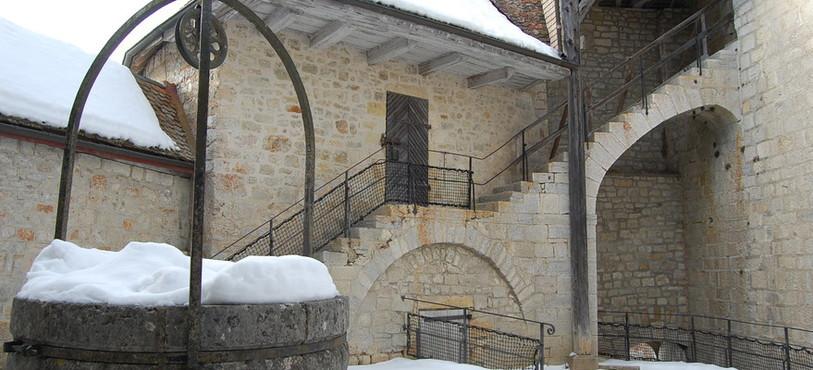 Une cour intérieure du fort de Joux, un des sites phares du Guide du Routard du Jura franco-suisse.