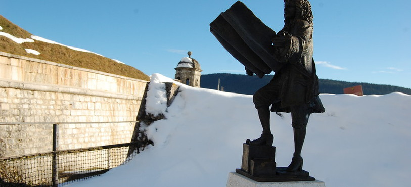 La statue de Vauban veille sur le Fort de Joux.