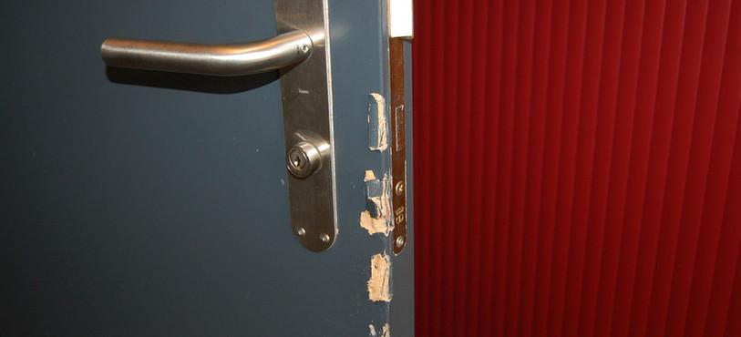 Les traces d'effraction sont visibles sur certaines portes.