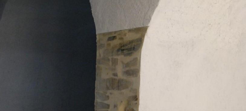 Une porte ajoutée dans les sous-sols révèle les fondations.