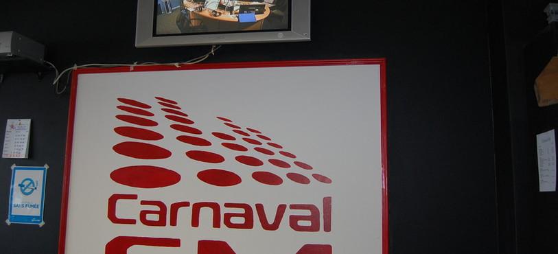 Dans les locaux de Carnaval FM.