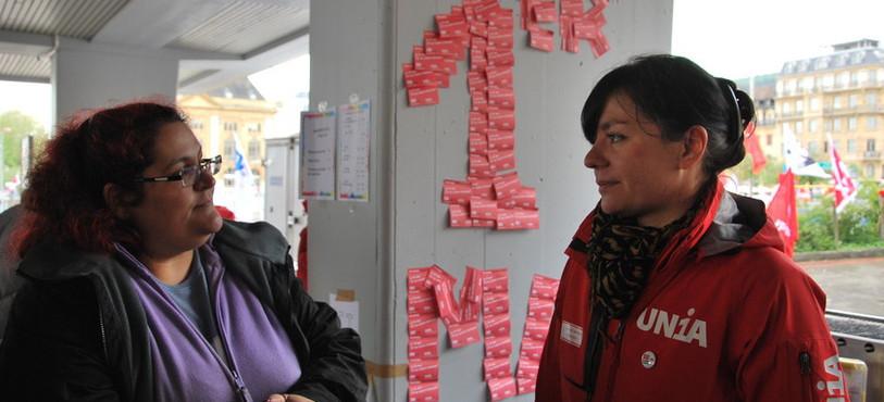 Yasmina Produit, du SSP Neuchâtel, et Sylvia Locatelli, présidente du PSN et membre d'Unia.