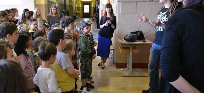 A l'heure de la répétition, Junior Tshaka distille ses conseils aux écoliers.