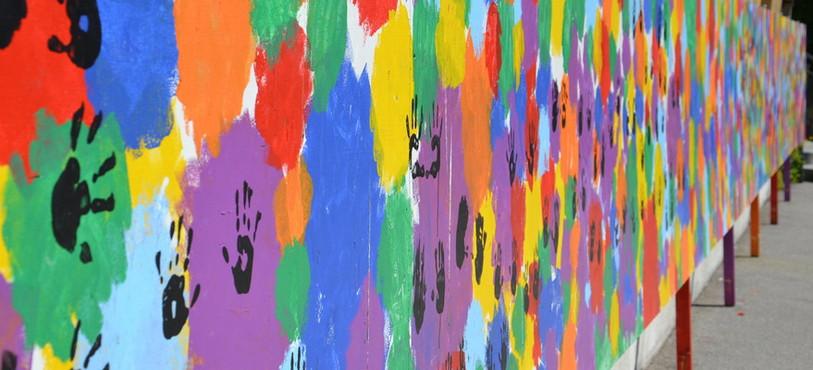 La fresque peinte par les élèves du collège pour décorer la cour du haut.