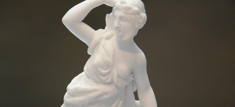 Une figurine en porcelaine.