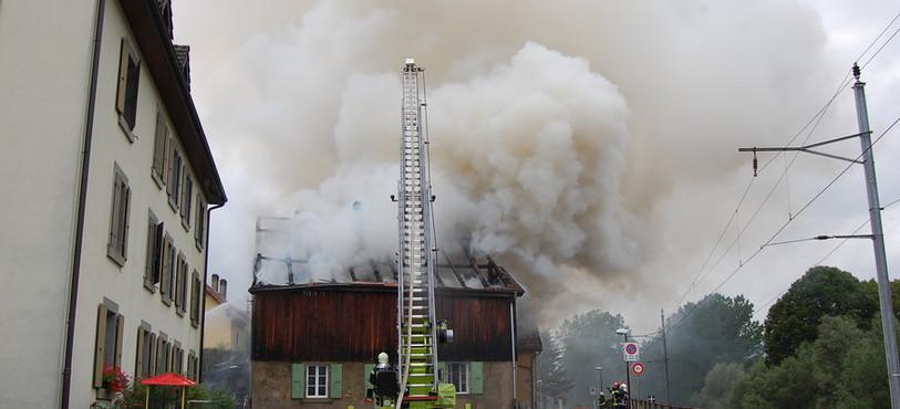 Après les flammes, la fumée.