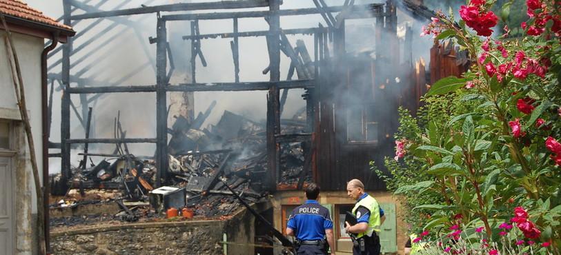 L'incendie a détruit le bâtiment.