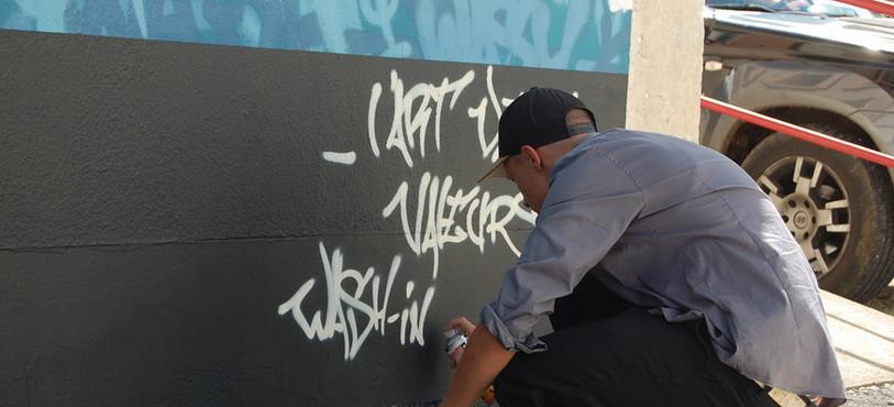 Le graffeur Benjamin Locatelli signe son oeuvre.