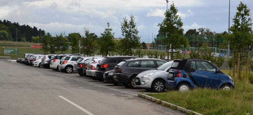 Les places de parc situées sur la route d'accès qui mène au centre sportif de Pierre-à-Bot deviendront payantes en journée.