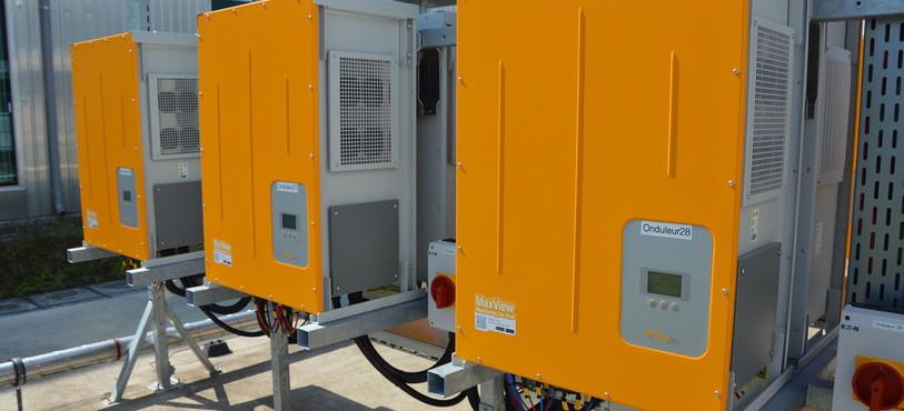 Trois des trente onduleurs chargés de transformer le courant continu en courant alternatif.