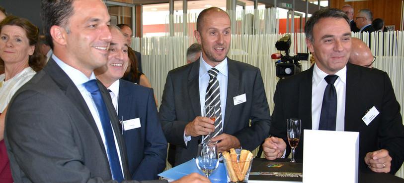 A gauche, le directeur du site de Neuchâtel, Marc Giovanola.