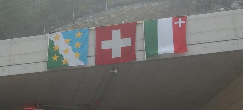 Les drapeaux accrochés pour l'inauguration.
