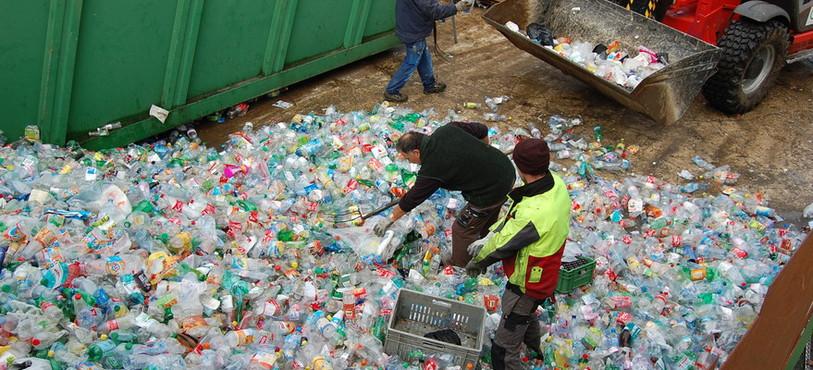 Vérification du PET dans lequel des emballages en plastique d'autre composition sont jetés à tort.