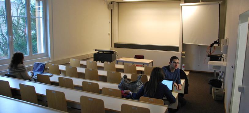 Une salle de cours.