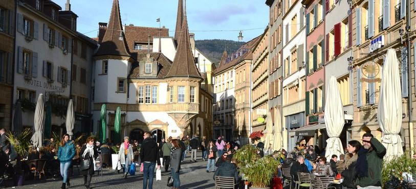 Beaucoup de personnes sont aussi venues profiter du soleil à la Place des Halles à Neuchâtel.