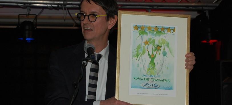 Le conseiller communal Christian Mermet présente l'oeuvre réalisée par Claudine Grisel.
