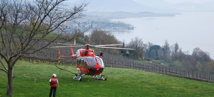 L'hélicoptère de la Rega sur la pelouse de Vaumarcus