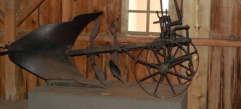 Outil agricole au rez-de-chaussée.