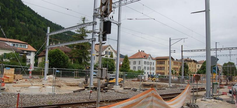 Pose de portiques et mâts près de la gare de Fleurier