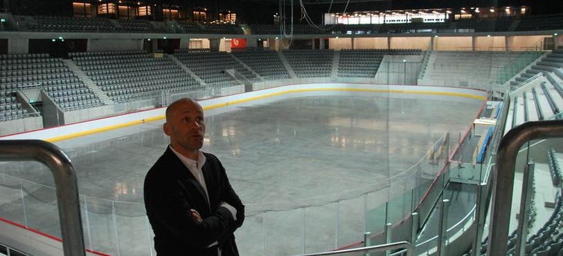 Timo Lochbrunner, responsable du projet au sein de HRS Real Estate SA, présente le stade de glace
