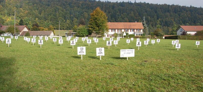 Des pancartes ont été placées dans un champ