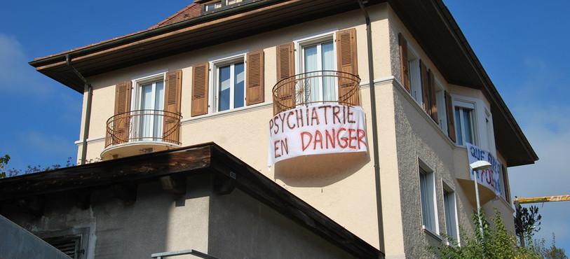 Des banderoles ont aussi été accrochées sur le bâtiment des SPJBB à Tavannes